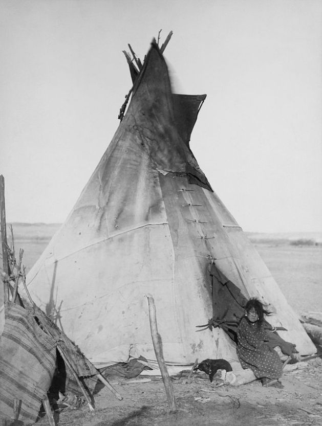 640px-Oglala_girl_in_front_of_a_tipi2