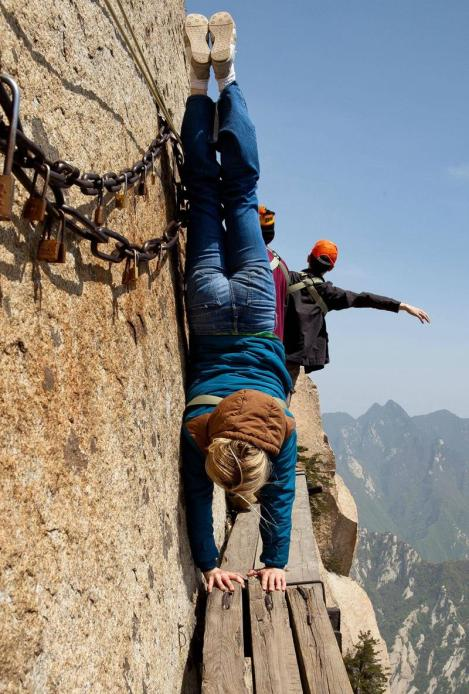 28-Breathtaking-Pictures-from-the-World's-Most-Dangerous-Hiking-Trail-18